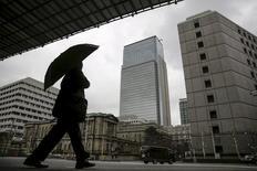 El banco central japonés recortará previsiblemente sus pronósticos de precios el jueves y debatirá si la fortaleza del yen, la debilidad de la demanda global y el flojo consumo han dañado lo bastante las expectativas de inflación como para justificar otra ronda de estímulos.  En la imagen, un empresario camina cerca de la sede del Banco de Japón en Tokio, el 15 de febrero de 2016.  REUTERS/Thomas Peter/Files