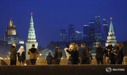 """Люди на Большом Москворецком мосту в центре российской столицы 28 марта 2016 года. Международное рейтинговое агентство Moody's подтвердило рейтинг России на уровне """"Ba1"""" и присвоило негативный прогноз. REUTERS/Maxim Shemetov"""