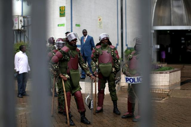 Kenyan anti riot police guard the premises of the country's electoral commission after a crowd consisting of opposition leaders and their supporters tried to enter the building to demand the disbandment of the electoral body ahead of next year's election in Nairobi, Kenya, April 25, 2016. REUTERS/Siegfried Modola