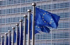 La Commission européenne envisage de pénaliser l'Espagne et le Portugal pour avoir raté leurs objectifs en matière de réduction des déficits budgétaires mais elle devrait aussi leur accorder des délais supplémentaires pour ramener leurs déficits dans les limites fixées, a-t-on appris de sources proches du dossier.  /Photo prise le 20 avril 2016/REUTERS/François Lenoir