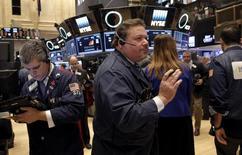 Трейдеры работают на фондовой бирже Нью-Йорка.  Фондовый рынок США немного снизился из-за энергетических акций в понедельник, ориентируясь на падение цен на нефть, в то время как прибыль и прогнозы компаний, включая Perrigo и Xerox, также оказали давление на американские акции. REUTERS/Brendan McDermid
