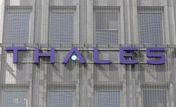 Thales, à suivre mardi à la Bourse de Paris. Le constructeur naval militaire DCNS, dont Thales détient 35%, est entré en négociations exclusives en vue d'un contrat de 12 sous-marins pour la marine australienne, évalué à 34 milliards d'euros sur 50 ans. /Photo d'archives/REUTERS/Charles Platiau