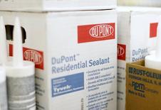 Продукты DuPont в магазине в Калифорнии 9 декабря 2015 года. Результаты DuPont в первом квартале превзошли ожидания Уолл-стрит, и производитель химической и сельскохозяйственной продукции повысил годовой прогноз в надежде на меньшее влияние изменений валютных курсов, чем ожидалось прежде. REUTERS/Mike Blake/File Photo