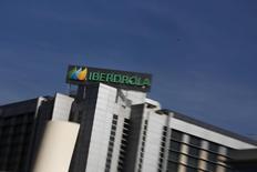 Moody's se convirtió en la segunda agencia de rating en menos de una semana en emitir un informe positivo sobre Iberdrola, que en los últimos años se ha desapalancado y puesto el foco en el mercado regulado, donde los flujos de caja son más estables y predecibles. En la imagen, el logo de Iberdrola en su principal sede en Madrid, el 6 de octubre de 2014. REUTERS/Susana Vera