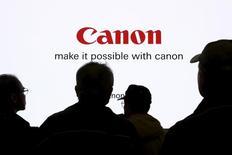 Canon affiche des résultats en baisse et inférieurs aux attentes pour le premier trimestre, sous le coup d'une baisse de la demande pour les équipements de bureau dans les pays émergents et d'un nouveau recul des ventes d'appareils photo compacts. Le bénéfice d'exploitation a reculé de 39% à 40,1 milliards de yens (320 millions d'euros) contre un consensus à  67,7 milliards. /Photo prise le 25 février 2016/REUTERS/Thomas Peter