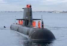 Los miembros de la tripulación parados sobre un submarino mientras este se prepara para atracar en un muelle en Perth, Australia. 13 de agosto de 2001. Francia venció a Japón y Alemania al adjudicarse un contrato por 50.000 millones de dólares australianos (40.000 millones de dólares) para construir una flota de 12 nuevos submarinos para Australia, anunció el martes el primer ministro australiano, Malcolm Turnbull. Handout