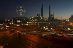 La farmacéutica alemana Bayer anunció un alza de 15,7 por ciento en su beneficio neto subyacente en el primer trimestre, impulsados por las ventas de medicamentos bajo receta, como el tratamiento contra la ceguera Eylea y la píldora para prevenir ataques cardíacos Xarelto.  En la imagen, una planta de Bayer en Leverkusen, el 30 de enero de 2013.   REUTERS/Ina Fassbender