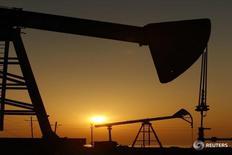 Станки-качалки на месторождении нефти в Баку 24 января 2013 года. Цены на нефть выросли во вторник благодаря ожиданиям того, что спрос может расти достаточно быстро, чтобы прийти в соответствие с предложением в текущем году. Однако тревога о возможной борьбе Саудовской Аравии и Ирана за долю на нефтяном рынке ограничила подъём. REUTERS/David Mdzinarishvili