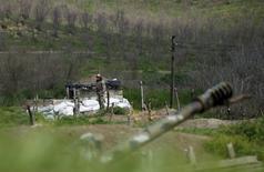 Военнослужащий на посту близ города Мартуни в Нагорном Карабахе 8 апреля 2016 года. Поддерживаемая Арменией отколовшаяся от Азербайджана республика  Нагорный Карабах сообщила, что два её солдата были убиты в результате обстрела азербайджанской стороны во вторник. REUTERS/Staff