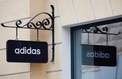 Las bolsas europeas abrieron estables el miércoles, con los mercados viéndose respaldados por los avances del grupo de ropa deportiva Adidas y del banco británico Barclays, aunque algunas acciones tecnológicas bajaban después de la caída de las ventas de Apple. En la imagen, un cartel con el logo de Adidas en un centro comercial a las afueras de Moscú, el 23 de abril de 2016.  REUTERS/Grigory Dukor