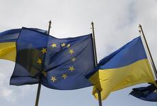 Флаги Украины и Евросоюза перед президентской администрацией в Киеве 7 апреля 2016 года. Ведущий популярного на Украине телевизионного ток-шоу Савик Шустер объявил голодовку в знак протеста против аннулирования разрешения на работу, назвав решение властей политически мотивированным. REUTERS/Valentyn Ogirenko
