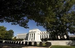 La Reserva Federal de Estados Unidos mantendría estables los tipos de interés el miércoles, mientras sigue vigilando el impacto de un menor crecimiento de la economía global, aunque podría dar señales a los mercados de que tiene previsto reanudar su política de ajuste monetario este año. En la imagen de archivo, la sede de la Reserva Federal de Estados Unidos en Washington. REUTERS/Kevin Lamarque