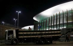 Homens trabalhando ao lado da Arena Carioca 1, no parque olímpico, Rio de Janeiro.  11/04/2016       REUTERS/Ricardo Moraes