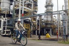 Imagen de archivo de un trabajador en bicicleta en la refinería Cartagena en Colombia, ago 24, 2006. La petrolera colombiana Ecopetrol anunció que recortará a un rango entre 3.000 millones y 3.400 millones de dólares su plan de inversiones para el 2016 ante la caída de los precios del crudo, en un intento por proteger el flujo de caja y la sostenibilidad financiera de la compañía.   REUTERS/Fredy Builes