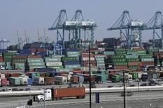 Grúas y contenedores vistos en el Puerto de Los Ángeles, California, Estados Unidos. 18 de febrero de 2015. El déficit de comercio de bienes en Estados Unidos se redujo con fuerza en marzo a un mínimo en un año debido a una caída de importaciones y exportaciones, lo que sugiere que el crecimiento económico en el primer trimestre probablemente no habría sido tan débil como se prevé actualmente. REUTERS/Bob Riha, Jr.