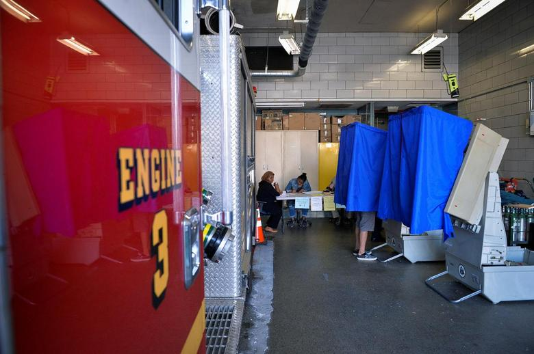 A voter casts his ballot in the Pennsylvania primary at a polling place inside a firehouse in Philadelphia, Pennsylvania, U.S., April 26, 2016.   REUTERS/Charles Mostoller