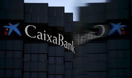 CaixaBank, tercer mayor banco de España, anunció el jueves un descenso del 27,2 por ciento en el beneficio neto del primer trimestre, golpeado por un estrechamiento de su margen de intereses. En la imagen, el logo de CaixaBank reflejado en un cristal en la sede de la compañía en Barcelona, el 18 de abril de 2016. REUTERS/Albert Gea/File Photo