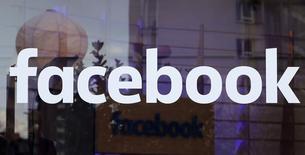 Facebook registró un alza de un 51,9 por ciento en sus ventas trimestrales, superando con facilidad las expectativas de Wall Street gracias a que su cada vez más popular aplicación para móviles y su ingreso a las transmisiones de vídeo atrajeron nuevos anunciantes y alentaron a los existentes a gastar más. en la imagen, el logo de Facebook en un centro de la empresa en Berlín, el 24 de febrero de 2016.      REUTERS/Fabrizio Bensch