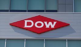 Dow Chemical a publié une chute de 87,9% de son bénéfice trimestriel, en raison surtout d'une charge liée au règlement d'un contentieux faisant suite à une action en justice en nom collectif. Le bénéfice net part du groupe ressort à 169 millions de dollars au premier trimestre contre 1,39 milliard un an auparavant. /Photo d'archives/REUTERS/Rebecca Cook