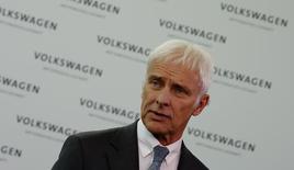 El CEO de Volkswagen, Matthias Mueller, durante una entrevista televisiva tras una conferencia de prensa en Wolfsburgo, Alemania. 28 de abril de 2016. Volkswagen tiene la oportunidad de reportar un crecimiento sólido en sus negocios operativos este año, aún cuando enfrenta un escándalo de emisiones de vehículos diésel y un reposicionamiento estratégico, dijo su presidente ejecutivo, Matthias Mueller. REUTERS/Fabrizio Bensch