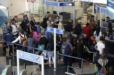 En la imagen, pasajeros hacen cola en un contol de pasaportes en el aeropuesto de Múnich, Alemania, el 27 de abril de 2016. La confianza en la economía de la zona euro mejoró más de lo esperado en abril, mientras que las expectativas de inflación aumentaron entre las empresas y los consumidores, mostraron el jueves datos divulgados por la Comisión Europea. REUTERS/Michaela Rehle