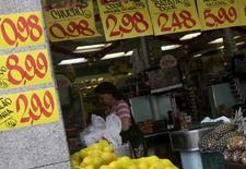 Consumidora em mercado do Rio de Janeiro. 09/12/2015 REUTERS/Ricardo Moraes