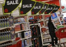 """Un comprador durante la venta del """"Viernes Negro"""" en una tienda Target en Chicago, Illinois, Estados Unidos. 27 de noviembre de 2015. El crecimiento económico de Estados Unidos se frenó bruscamente en el primer trimestre a su ritmo más lento en dos años, debido a que el gasto del consumidor disminuyó y la fortaleza del dólar siguió golpeando a las exportaciones, mostró un informe. REUTERS/Jim Young"""