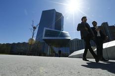 """Unas personas pasan delante de la sede del BCE en Fráncfort, Alemania. el 21 de abril de  2016. El Banco Central Europeo debería elevar las tasas de interés """"en cuanto vuelva a subir la inflación"""", afirmó el jueves Andreas Dombret, un miembro del comité ejecutivo del Bundesbank alemán. REUTERS/Ralph Orlowski"""