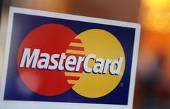 Логотип MasterCard на двери ресторана в Нью-Йорке 3 февраля 2010 года. Прибыль MasterCard Inc в первом квартале немного превысила прогнозы, поскольку клиенты компании потратили больше денег, используя ее карты.  REUTERS/Shannon Stapleton