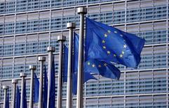 La Comisión Europea anunció el jueves la apertura de un procedimiento de infracción contra España por la legislación que regula los desahucios y las órdenes de pago, añadiendo más presión sobre las normas hipotecarias españolas y las relaciones entre banca y consumidores. Imagen de banderas de la Unión Europea a las afueras de la sede de la Comisión en Bruselas, Bélgica, el 20 de abril de 2016. REUTERS/Francois Lenoir