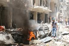 """Разрушенные здания в районе Алеппо, ставшем целью авиаударов. Авиаудары в подконтрольных повстанцам районах сирийского города Алеппо разрушили больницу и унесли жизни десятков человек, включая женщин и детей, а ООН призвала Москву и Вашингтон спасти """"еле живое"""" перемирие. REUTERS/Abdalrhman Ismail"""
