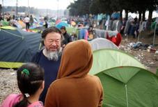 Artista chinês Ai Weiwei conversa com imigrantes em campo em Idomeni. 11/3/2016.   REUTERS/Stoyan Nenov
