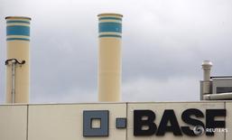 Логотип BASF на здании завода компании в Швайцерхалле. Немецкий химический концерн BASF отчитался о снижении квартальной операционной прибыли на 8 процентов, поскольку падение цен на нефть отрицательно сказалось на показателях нефтегазового подразделения, однако результаты подразделений, занимающихся производством промышленных химикатов, оказались намного лучше прогнозов аналитиков.  REUTERS/Christian Hartmann