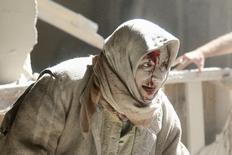 Раненая женщина в удерживаемом повстанцами районе сирийского Алеппо, подвергшемся авиаудару 28 апреля 2016 года. Госдепартамент США призвал Россию использовать влияние на сирийского президента Башара Асада, чтобы прекратить военные действия, и заподозрил его авиацию в ударе по больнице в Алеппо. REUTERS/Abdalrhman Ismail
