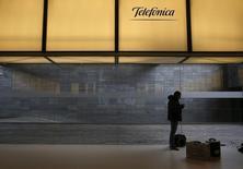 En la imagen, un hombre por debajo del logo de Telefónica en la sede central de la companía en Madrid, el 26 de febrero de 2016. La firma española Telefónica reportó el viernes una caída de un 6,7 por ciento en su ganancia operativa antes de depreciación y amortización (OIBDA) en el primer trimestre, incumpliendo levemente las previsiones por un efecto cambiario adverso en los países latinoamericanos donde opera. REUTERS/Juan Medina