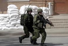 Бойцы литовских сил быстрого реагирования на учениях в Швенчёнеляе 10 мая 2015 года. Напуганная Россией Литва учит армию обороняться в условиях города. REUTERS/Ints Kalnins