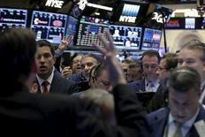 Operadores trabajando en la bolsa de Wall Street en Nueva York, abr 20, 2016. Las acciones en Estados Unidos cotizaban a la baja en las primeras operaciones del viernes mientras el mercado evaluaba los resultados trimestrales de las empresas y tras la publicación de datos que mostraron una leve aceleración en la inflación del país durante marzo, con un gasto del consumo que sigue bajo. REUTERS/Brendan McDermid