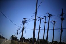 Postes eléctricos en una autopista en Santiago, nov 7, 2014. La actividad económica en Chile habría crecido un 2,3 por ciento en marzo, apoyada en un mejor desempeño del sector minero y de la generación eléctrica, reveló el viernes un sondeo de Reuters.     REUTERS/Ivan Alvarado