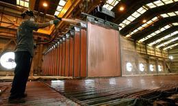 Una persona trabajando en la minera de cobre Cananea, en el estado de Sonora, México. 22 de mayo de 2006. La producción de cobre de México aumentó un 7.4 por ciento en febrero a tasa interanual a 39,565 toneladas, mientras que la de plata de redujo en un 12.4 por ciento a 350,204 kilogramos, informó el viernes el instituto de estadísticas. REUTERS/Daniel Aguilar