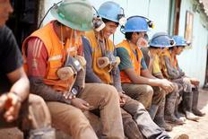 Imagen de archivo de unos mineros durante una pausa a las afueras de un túnel en Relave, Perú, feb 20, 2014. Perú recortó su estimación de crecimiento económico para el 2016 y el 2017, en medio de la desaceleración mundial, pero la actividad aún avanzaría frente al año pasado debido al fuerte empuje del clave sector minero y una mayor inversión pública y privada en megaproyectos.    REUTERS/ Enrique Castro-Mendivil