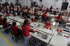 Trabajadores cosen camisas en un taller que forma parte del complejo industrial Tiuna, en la base militar Fuerte Tiuna, en Caracas. REUTERS/Marco Bello. El presidente de Venezuela, Nicolás Maduro, anunció el sábado un incremento del salario mínimo en un 30 por ciento a partir del próximo mes, en un país que lucha contra una fuerte inflación que ha destruido el poder adquisitivo de los venezolanos. A partir del 1 de mayo, el salario mínimo será de 15.051 bolívares mensuales, 1.505 dólares a la tasa oficial más alta pero apenas 13,50 dólares al cambio en el mercado negro.