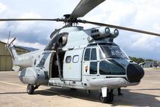 Airbus Helicopters a levé une recommandation d'interdiction de certains vols commerciaux de son Super Puma H225 en déclarant que les premiers éléments d'informations sur l'accident de vendredi en Norvège ne suggéraient aucun lien avec deux accidents survenus en 2012 en mer du Nord. /Photo prise le 16 mars 2016/REUTERS/Charles Platiau