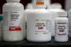 El beneficio neto del laboratorio Reig Jofre se hundió un 62 por ciento a dos millones de euros en los tres primeros meses del año, por un descenso en el consumo de antibióticos y una floja precampaña de control de peso en Francia. En la imagen, botes con medicamentos antibióticos en una farmacia de una clínica en Los Ángeles, California, el 27 de abril de 2016. REUTERS/Lucy Nicholson