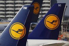 Lufthansa dijo que ralentizará sus planes de crecimiento este año debido a la presión sobre los precios en la industria aérea, e informó de una mejora en sus resultados del primer trimestre gracias a la reducción de costes. En la imagen, aviones de la aerolínea Lufthansa en el aeropuerto de Fráncfort, Alemania, el 17 de marzo de 2016.     REUTERS/Kai Pfaffenbach/File Photo