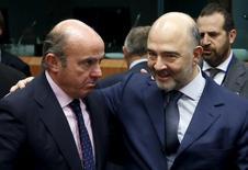 La Comisión Europea prevé que España reduzca el déficit público hasta el 3,9 por ciento del PIB en 2016 y se sitúe en un 3,1 por ciento en 2017, según las previsiones de primavera publicadas el martes por Bruselas, más cautas que las del Gobierno español. En la imagen, el ministro de Luis de Guindos y el comisario de Economia europeo Pierre Moscovici durante una eurozona en Bruselas, el 14 de enero de 2016. REUTERS/François Lenoir