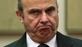 """El ministro de Economía en funciones Luis de Guindos dijo el martes que veía """"perfectamente factible"""" reducir el déficit por debajo del 3 por ciento del PIB en 2017, después de que la Comisión Europea dijese que prevé que España cierre el próximo año con una desviación del 3,1 por ciento. En la imagen, Luis de Guindos en el Congreso de los Diputados en Madrid, el 19 de abril de 2016. REUTERS/Andrea Comas"""