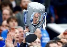 Torcedor segurando troféu com rosto do técnico do Leicester City, Claudio Ranieri, em partida da Liga Inglesa.   01/05/16 Reuters / Darren Staples Livepic