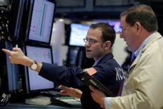 Трейдеры на торгах Нью-Йоркской фондовой биржи 28 апреля 2016 года. Фондовые индексы США снизились во вторник после слабых экономических данных из Китая и Европы, вновь вызвавших  беспокойство о росте мировой экономики, в то время как падение цен на нефть второй день кряду привело к ослаблению энергетических акций. REUTERS/Brendan McDermid