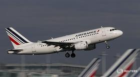Лайнер Airbus A320 вылетает из аэропорта Шарль-де-Голль под Парижем 27 октября 2015 года. Результаты Air France-KLM в первом квартале оказались лучше ожиданий благодаря снижению цен на нефть, но компания предупредила о рисках, связанных с геополитической нестабильностью и излишком производительных мощностей. REUTERS/Christian Hartmann