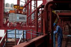 Контейнер выгружают с судна Emma Maersk в Гонконге 7 сентября 2012 года. Датская компания A.P. Moller-Maersk отчиталась о чистой прибыли за первый квартал, превзошедшей ожидания аналитиков, за счёт увеличения объёмов контейнерных перевозок и росту добычи нефти. REUTERS/Bobby Yip/Files